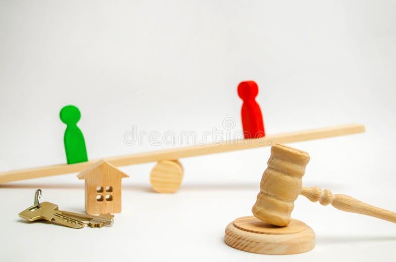 Klarowanie posiadanie dom Drewniane postacie ludzie rywale w biznesu stojaku na ważą competitio, próba, conf zdjęcia royalty free