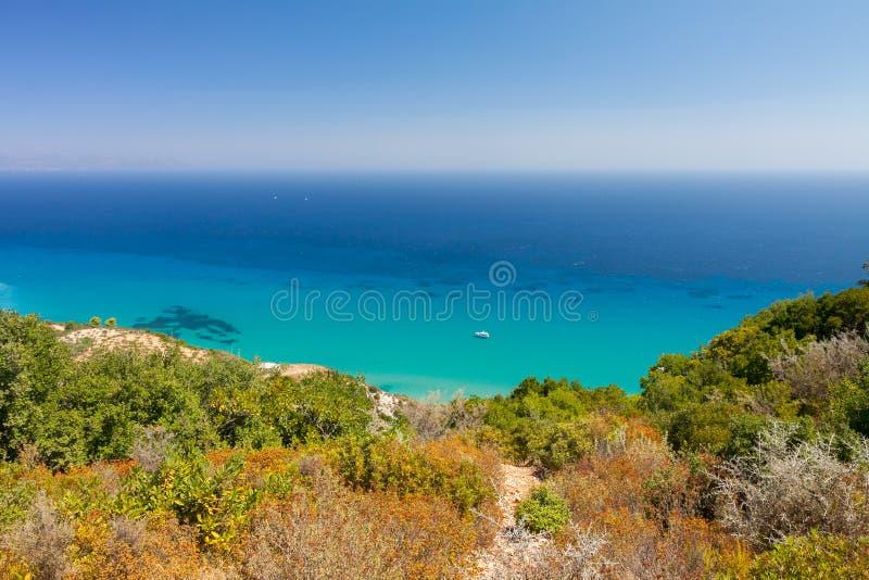 Klart blått vatten i Zakynthos, Grekland royaltyfria bilder