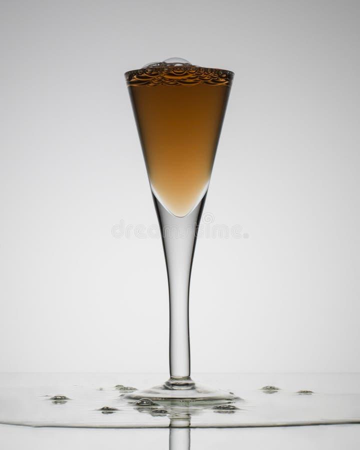 Klart exponeringsglas med en drink in royaltyfria bilder