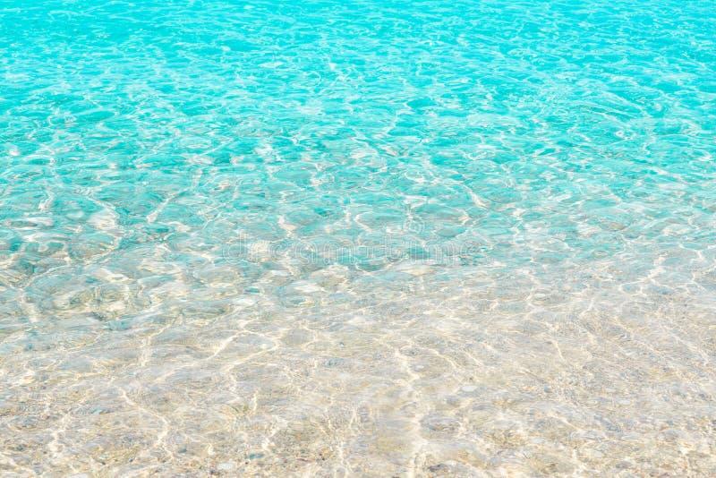 Klart genomskinligt havsvatten, sommarstrand fotografering för bildbyråer