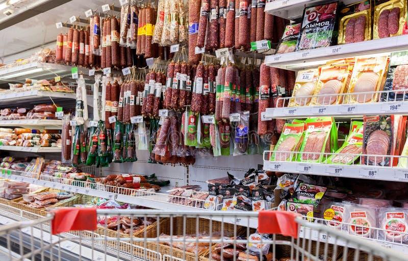 Klart till salu för kött och för korv i stormarknaden Karusel arkivbild