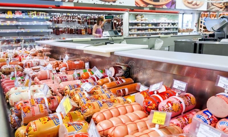 Klart till salu för kött och för korv i stormarknaden Karusel royaltyfria bilder
