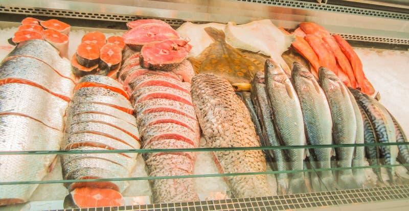 Klart till salu för rå fisk i marknaden royaltyfria foton
