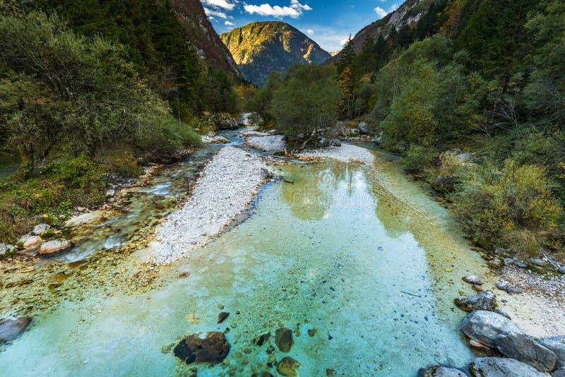 Klart turkosvatten i den Soca floden, Slovenien royaltyfri bild