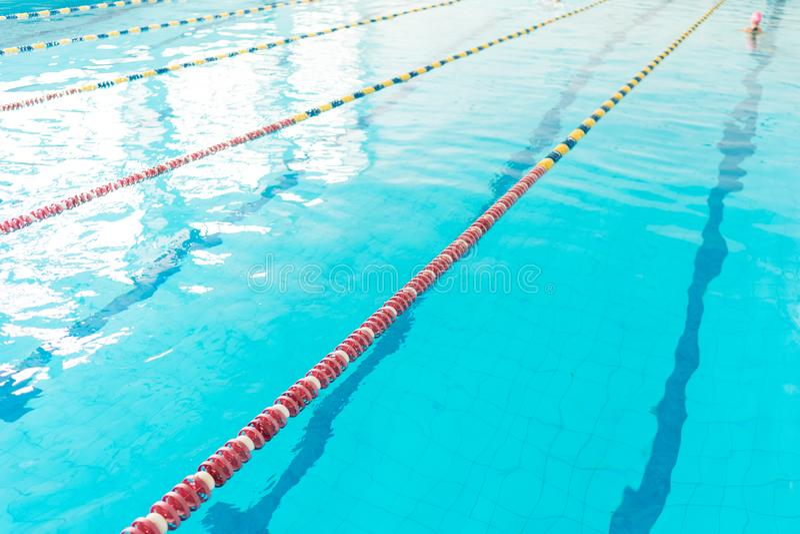 Klart vatten av simbassängen royaltyfri fotografi