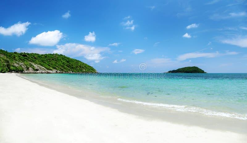 Klart vatten och blå himmel på den tropiska sandiga stranden på solig sommar fotografering för bildbyråer