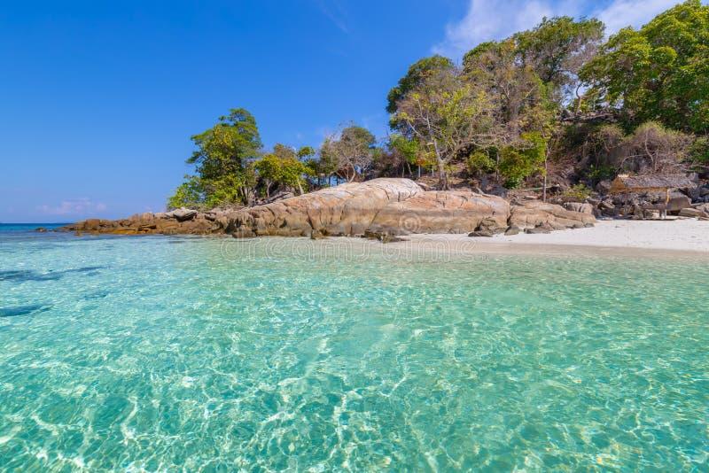 Klart vatten och h?rlig himmel p? paradis?n i det tropiska havet av Thailand royaltyfri foto