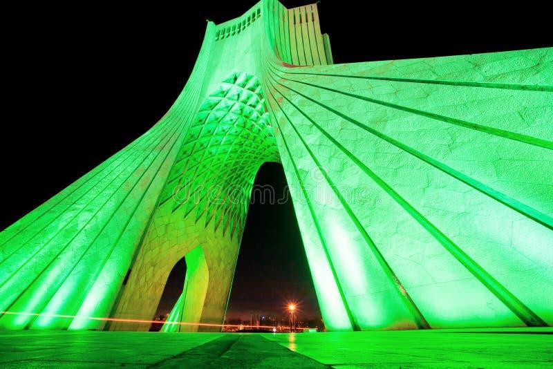Klartecken av populära Azadi (frihet) står högt på natten i Teheran royaltyfria bilder