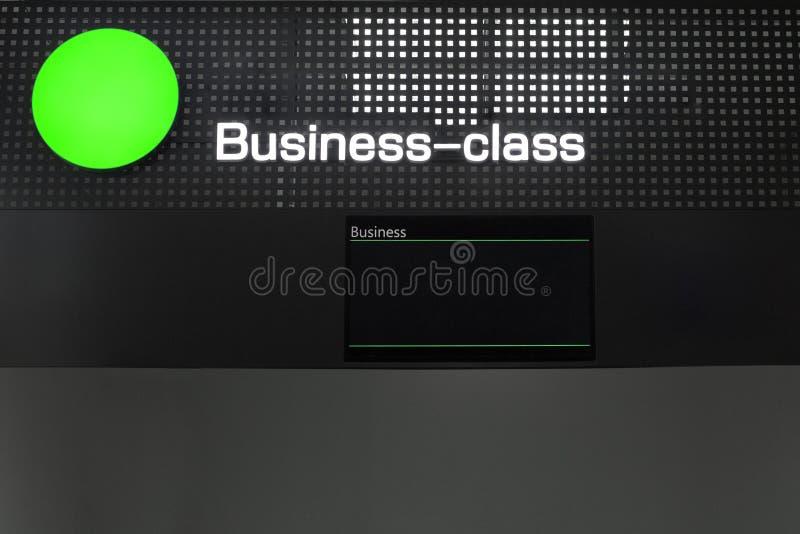 Klasa business pasażery rejestracyjni sprawdzają wewnątrz biurko przy lotniskiem międzynarodowym obraz royalty free