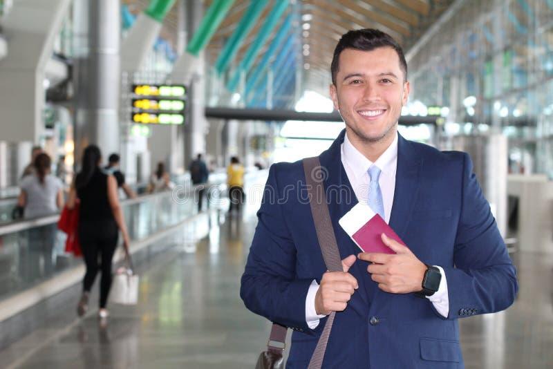 Klasa business podróżnik satysfakcjonujący z jego wycieczką zdjęcie stock