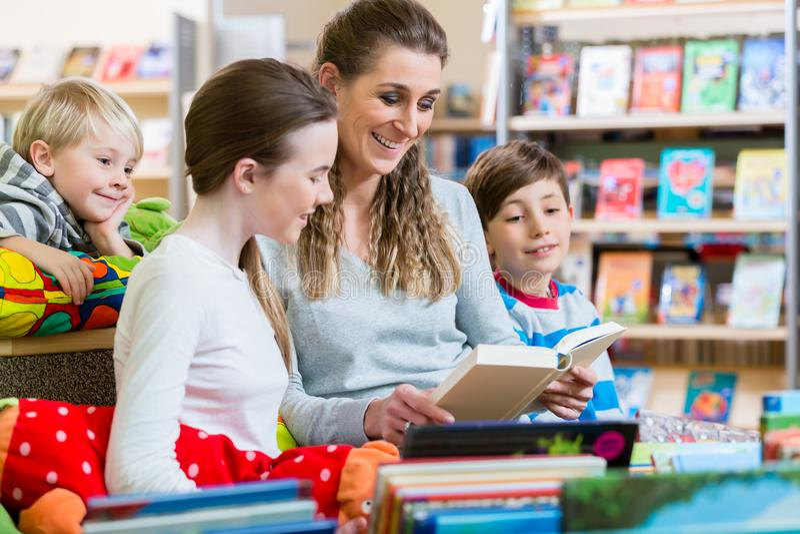 Klasa ucznie z ich nauczycielem w szkolnej bibliotece obrazy royalty free
