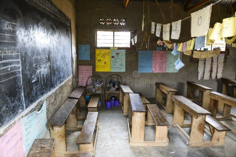Klaslokaal van een basisschool in Oeganda stock foto