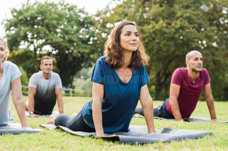 Klasse, die Yoga tut lizenzfreie stockfotos