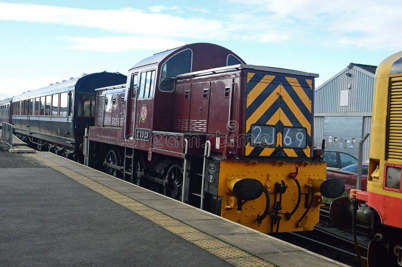 Klasse 14 diesel-hydraulische 0-6-0 voortbewegingsd9523 bij het leeming van barpost op wensleydalespoorweg stock afbeeldingen