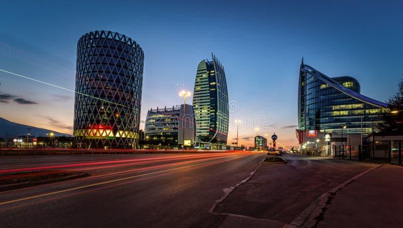 Klasse een Bedrijfsbureaugebouw in Sofia, Bulgarije Het beeld van de nacht stock fotografie