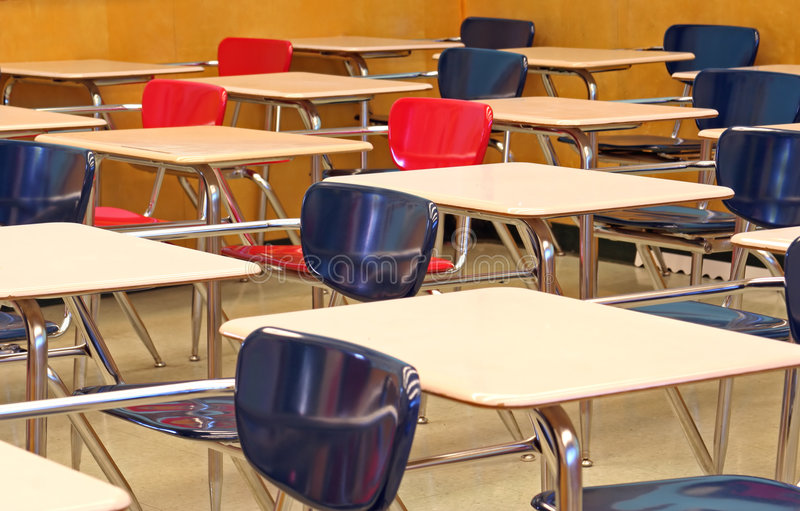 Klassenzimmer-Schreibtische lizenzfreie stockfotografie