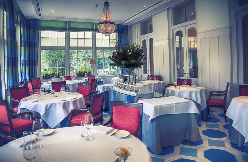Klassiek binnenland van restaurant royalty-vrije stock fotografie