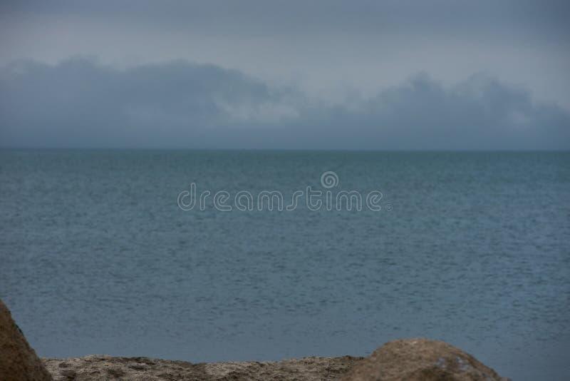 Klassiek de lentebeeld van Kaspische overzees met bergen, rotsen en Sombere blauwe hemel stock fotografie