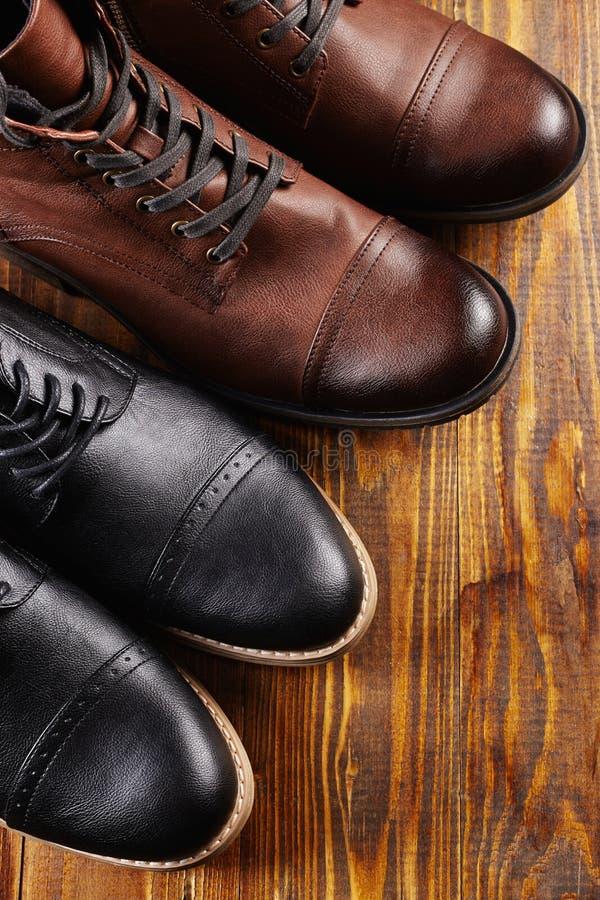 Klassiek en toevallig paar mensen` s schoenen royalty-vrije stock foto's