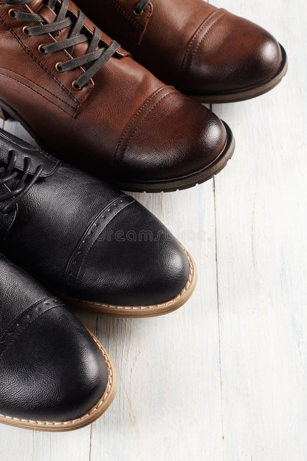 Klassiek en toevallig paar mensen` s schoenen stock afbeelding