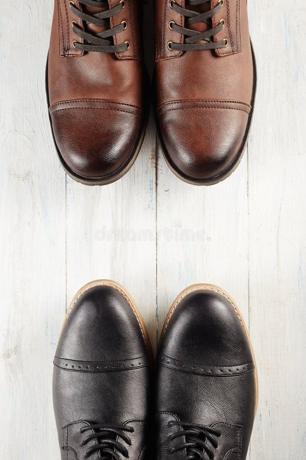 Klassiek en toevallig paar mensen` s schoenen stock foto's