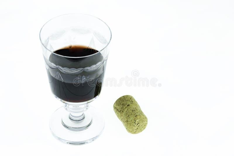 Klassiek geborduurd die wijnglas half met rode wijn en cork wordt gevuld royalty-vrije stock foto