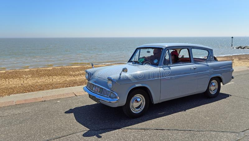 Klassiek Grey Ford Anglia Car die langs Strandboulevardpromenade worden gedreven stock foto