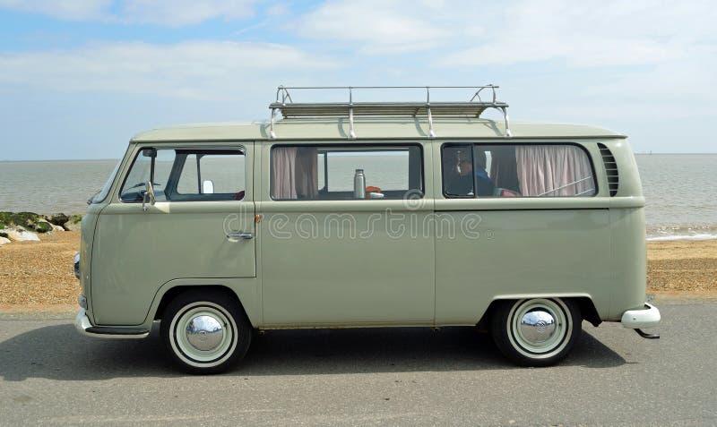 Klassiek Grey Volkswagen Camper Van Parked op Strandboulevardpromenade royalty-vrije stock afbeelding