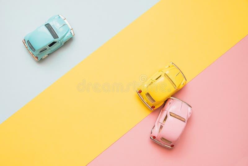 Klassiek het stuk speelgoed van de jaren '50schaal modelauto'songeval op de weg Autoneerstorting tussen roze en gele auto die op  royalty-vrije stock fotografie