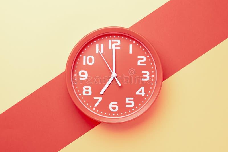 Klassiek horloge met een ronde vorm op een gekleurde achtergrond stock fotografie