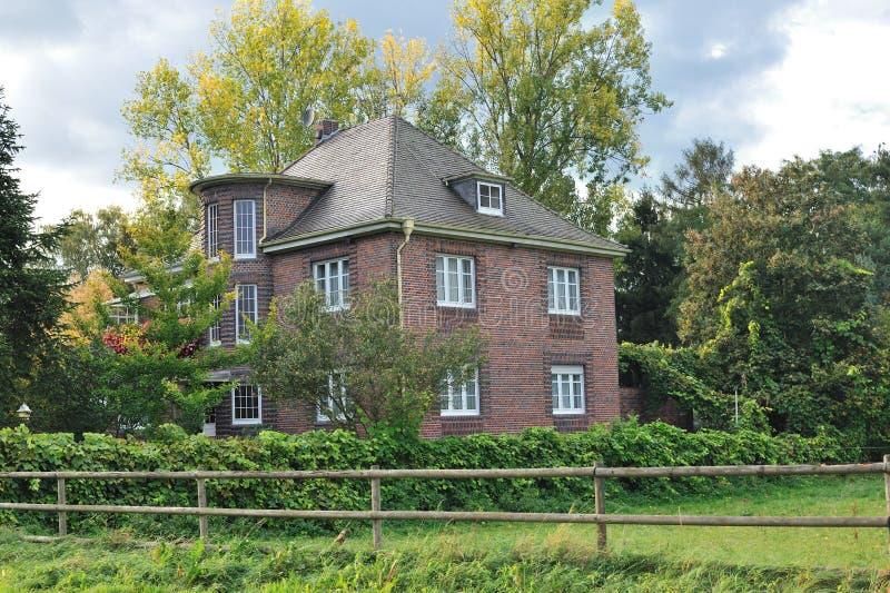 Klassiek huis dat door bomen wordt omringd royalty-vrije stock foto's