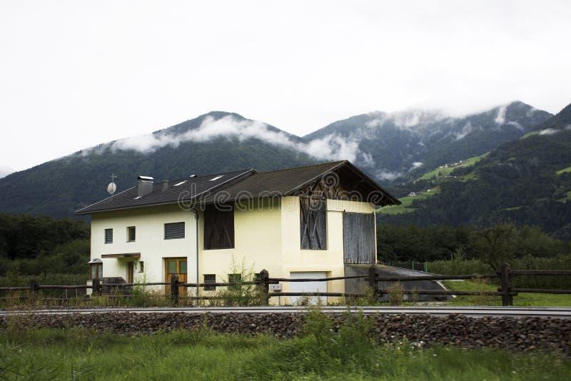 Klassiek huis in de stad van Kastelbell Castelbello in Bolzano, Oostenrijk stock foto