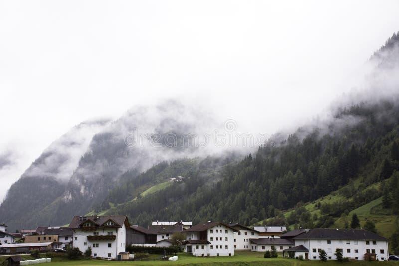 Klassiek huis in Pitztal-Vallei in Tirol, Oostenrijk royalty-vrije stock foto's