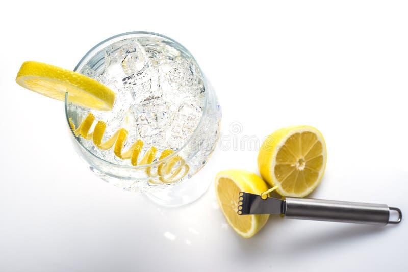 Klassiek jenever en tonicum met een citroendraai stock afbeeldingen