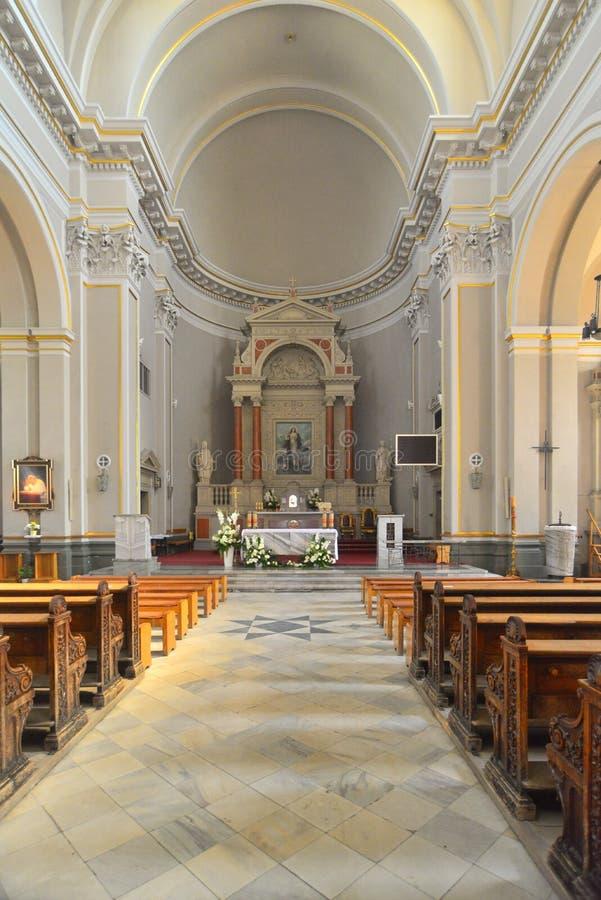 Klassiek katholiek kerkbinnenland stock foto's