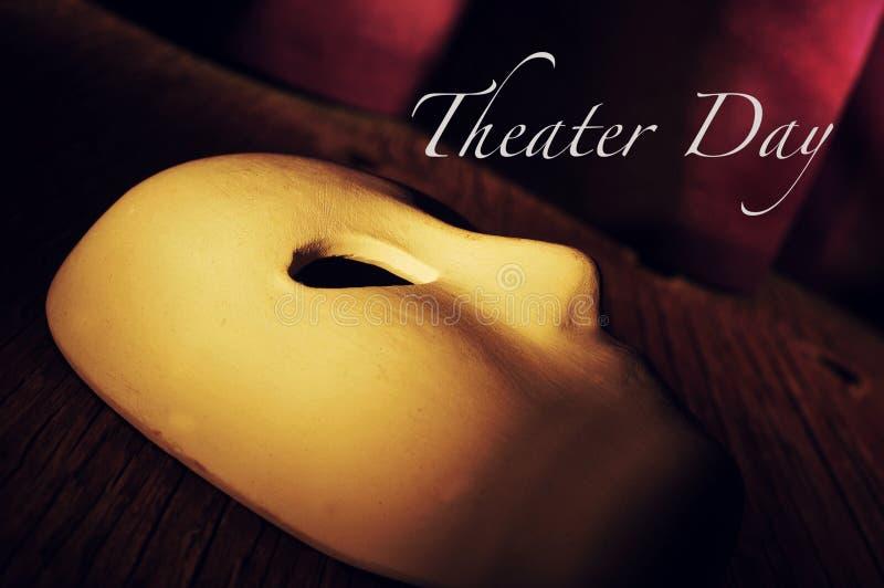 Klassiek masker op een een stadium en dag van het teksttheater stock afbeelding