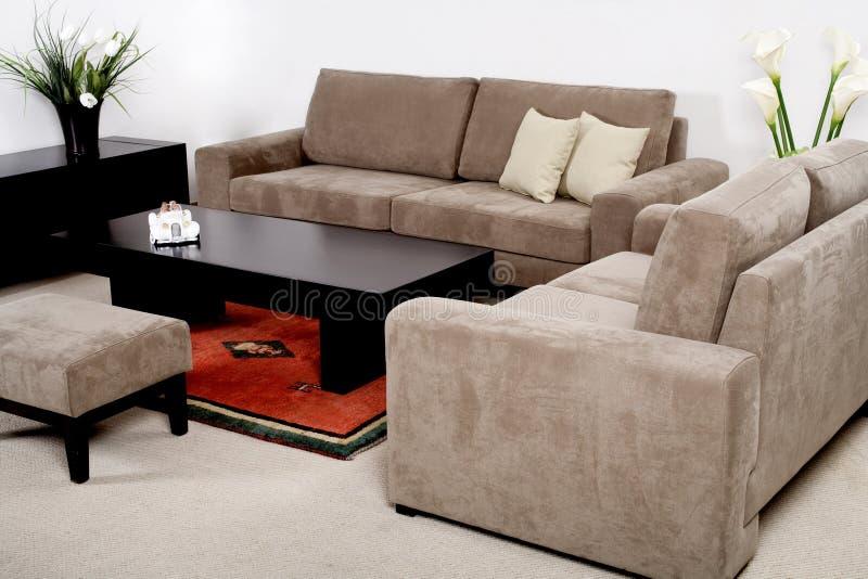 Klassiek meubilair in een moderne woonkamer royalty-vrije stock afbeelding