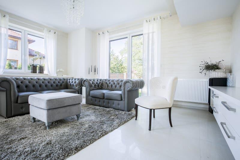 Klassiek meubilair in modern huis stock fotografie