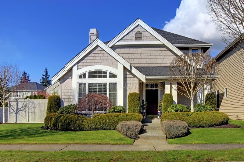 Klassiek nieuw Amerikaans huis buiten in de lente. royalty-vrije stock afbeelding