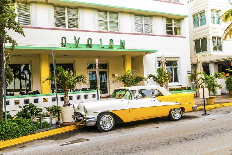 Klassiek Oldsmobile met de grill van de chroomradiator parksd voor royalty-vrije stock afbeeldingen