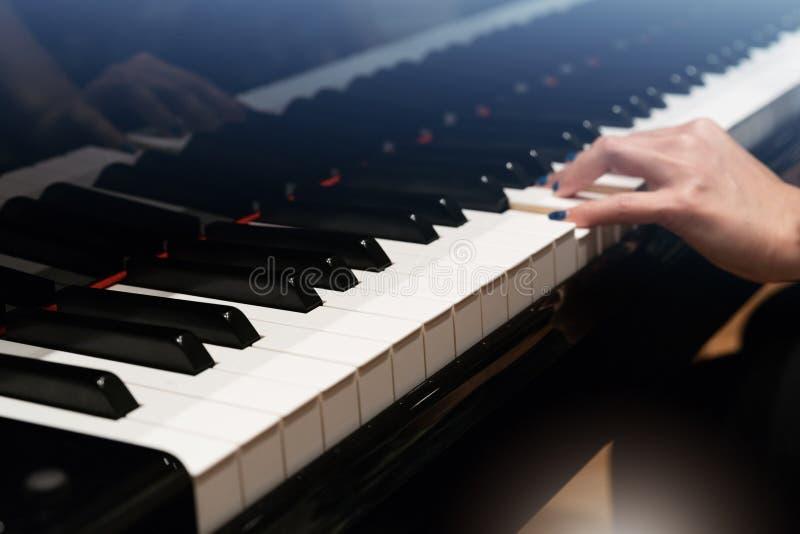 Klassiek Pianotoetsenbord met de hand van onduidelijk beeldvrouwen stock foto's