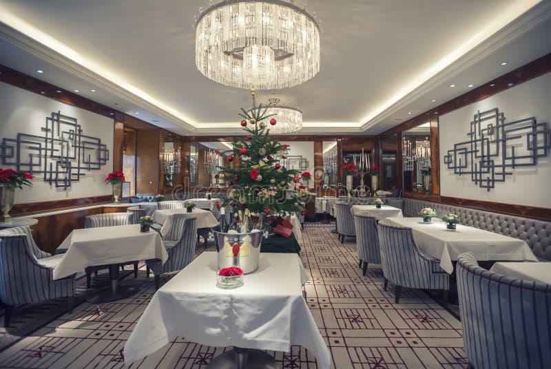Klassiek restaurant in wintertijd stock foto's