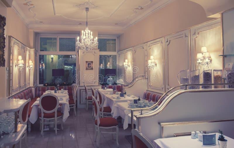 Klassiek restaurant in wintertijd royalty-vrije stock afbeelding
