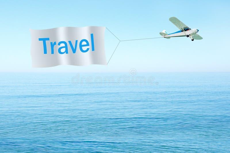 Klassiek vliegtuig die banner met tekst-reis op hemel, overzeese achtergrond trekken reis concept royalty-vrije stock fotografie