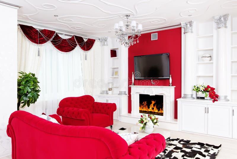 Klassiek woonkamer wit binnenland met open haard en beautifu royalty-vrije stock foto