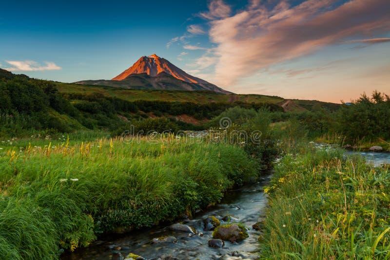 Klassieke actieve stratovolcano Vilyuchinsky Eurasia, het Russische Verre Oosten, het Gebied van Kamchatka royalty-vrije stock afbeelding
