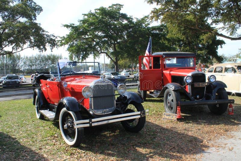 Klassieke Amerikaanse zij aan zij geparkeerde auto's royalty-vrije stock foto