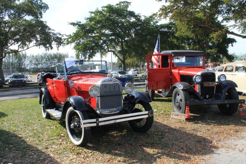 Klassieke Amerikaanse zij aan zij geparkeerde auto's royalty-vrije stock afbeeldingen