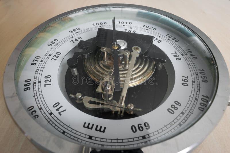 Klassieke analoge barometer voor het meten van luchtdruk royalty-vrije stock afbeeldingen