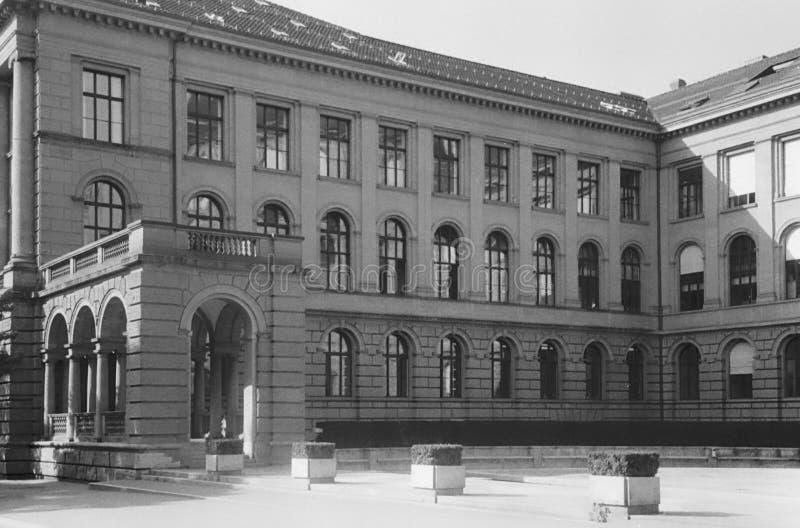 Klassieke architectuur in het centrum van de oude stad van Zürich stock foto's